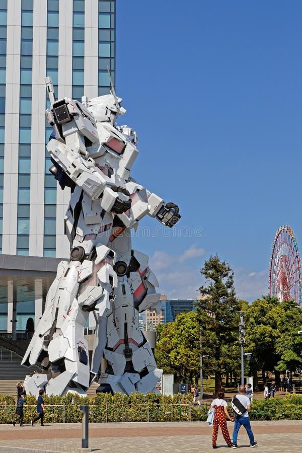 Rewolwerowa robot w Odaiba i nowożytnym budynku obrazy stock
