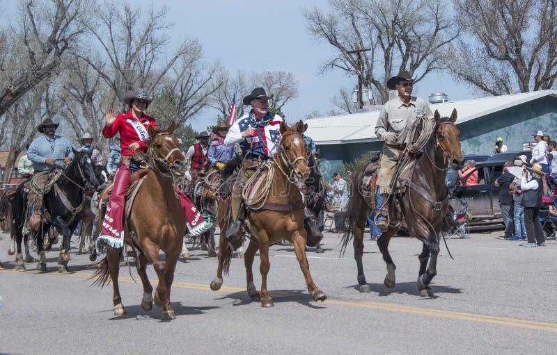 Rex Walker-eigenaar van Sombreroboerderij en Misser Colorado Rodeo die 2018 hun paarden onderaan hoofdstraat in Maybell berijden, royalty-vrije stock fotografie