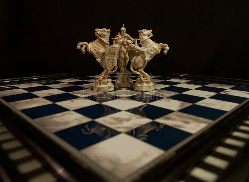 Rey blanco del ajedrez y dos caballeros blancos imagen de archivo