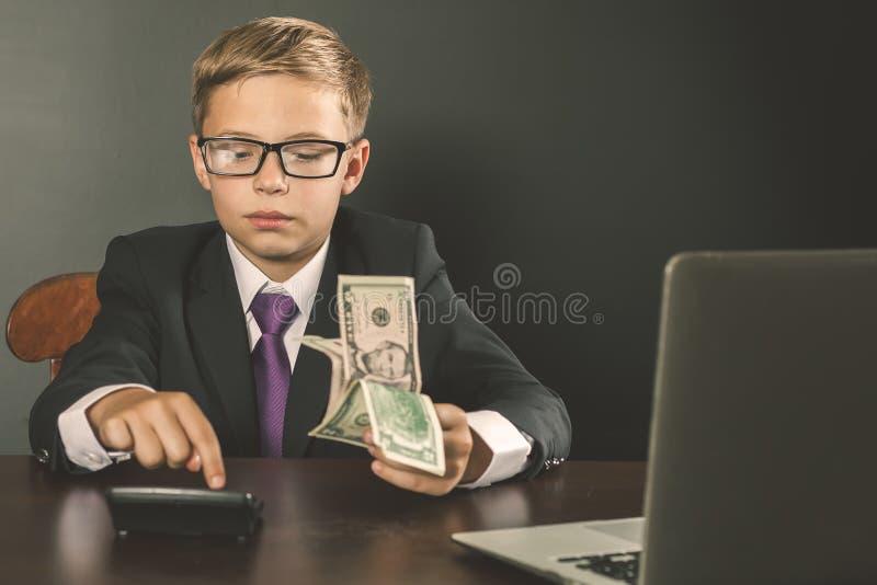 Rey conceptual de la imagen de los bancos Banquero acertado que sostiene el dinero foto de archivo