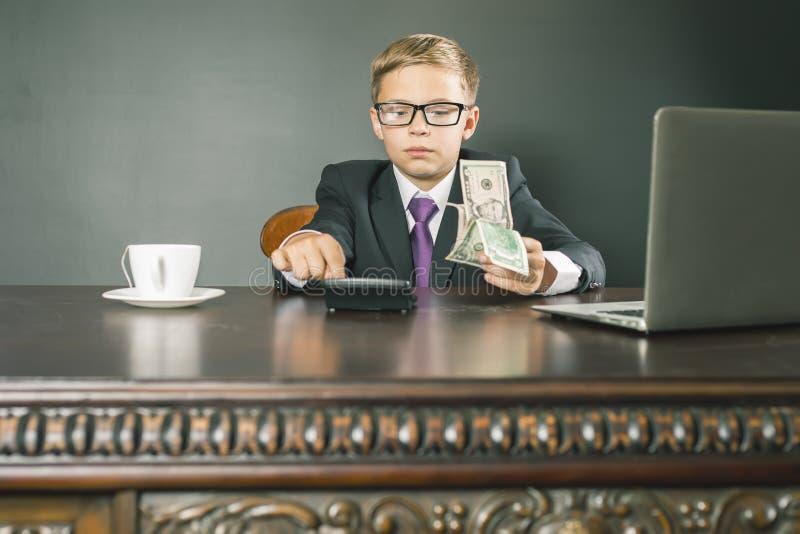 Rey conceptual de la imagen de los bancos Banquero acertado que sostiene el dinero foto de archivo libre de regalías