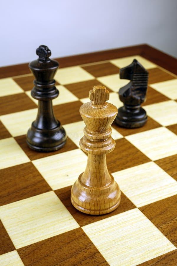 Rey del ajedrez contra empeños fotografía de archivo