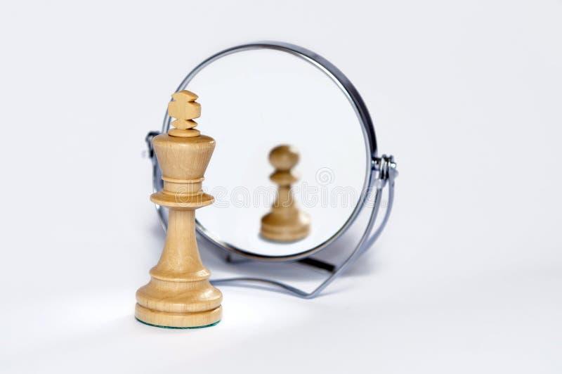 Rey del ajedrez, empeño del ajedrez, contraste, reflexión, foto de archivo libre de regalías