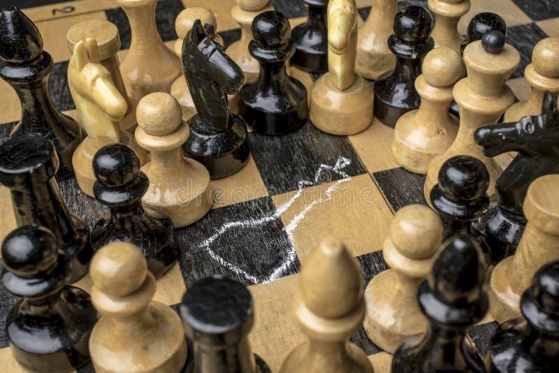 Rey del ajedrez matado en el tablero de ajedrez fotografía de archivo libre de regalías