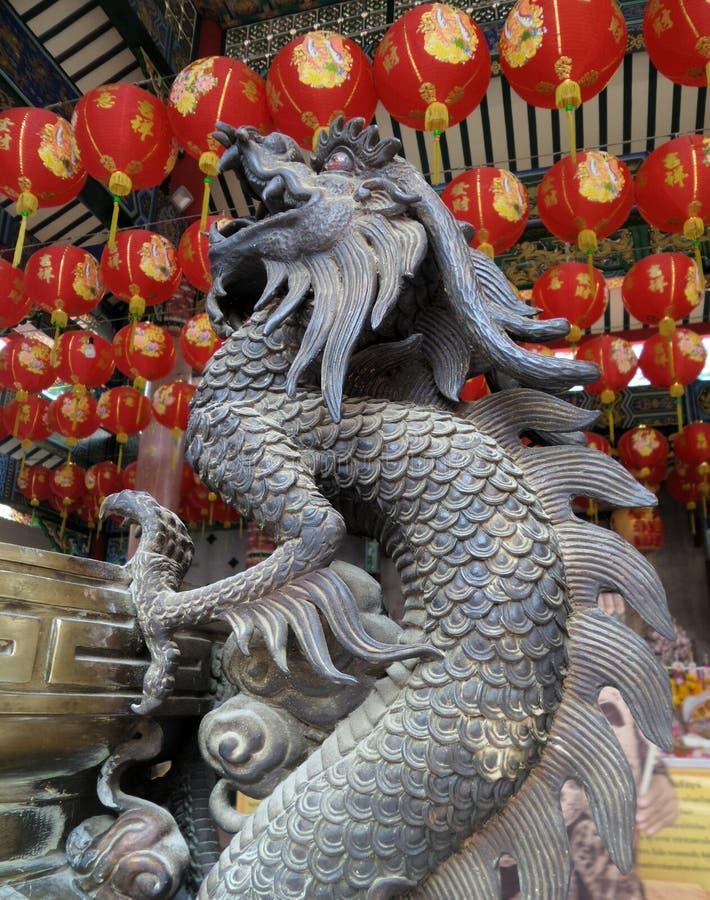 Rey del dragón en el pote antiguo del palillo de ídolo chino del bronz con la linterna roja de la celebración en capilla china vi imágenes de archivo libres de regalías
