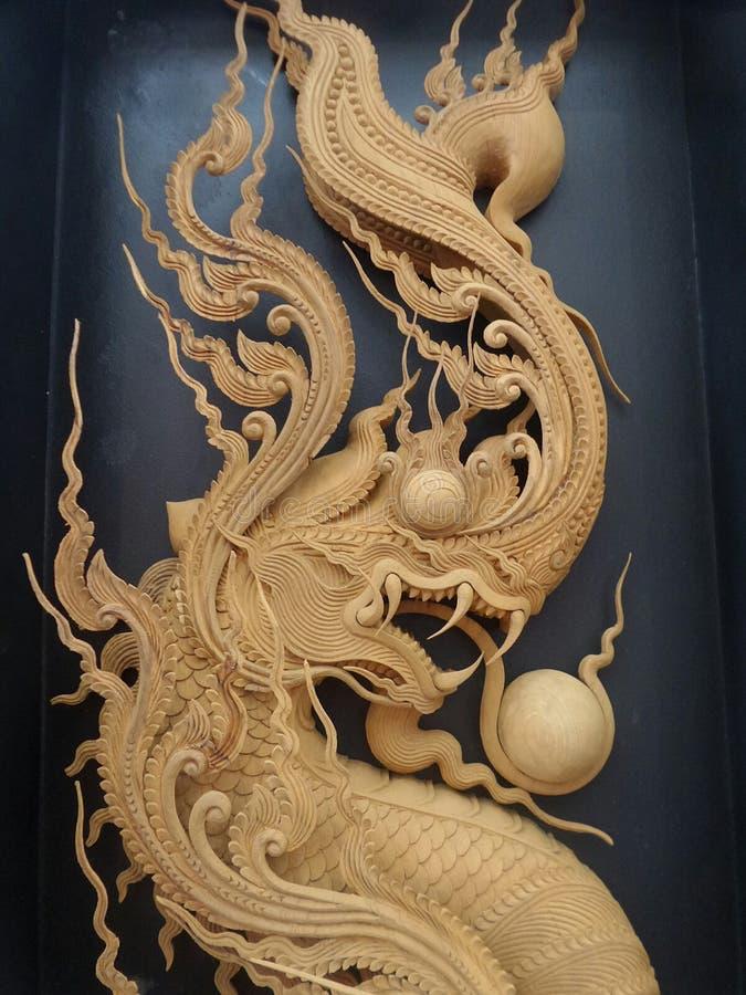 Rey detallado aseado de la madera del Naga que talla en fondo negro imagen de archivo libre de regalías