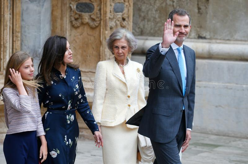 Rey Felipe de España y familia real que sale de la catedral del palma imagenes de archivo