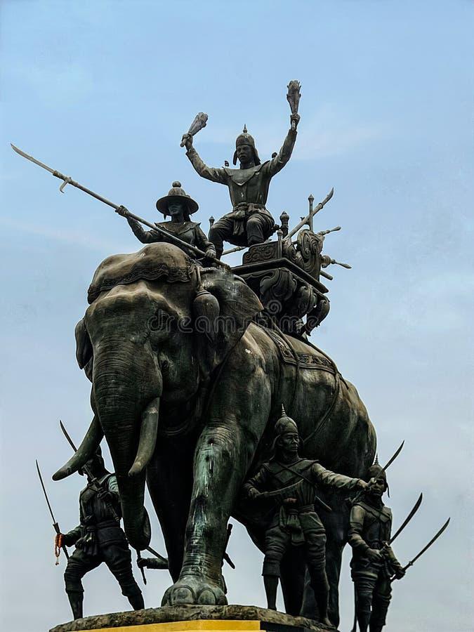 Rey Naresuan y x27; triunfo de s sobre Myanmar en un monumento de la guerra del elefante fotografía de archivo libre de regalías