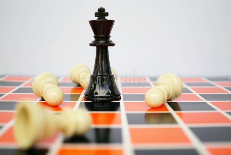 Rey negro del ajedrez con blanco fotos de archivo