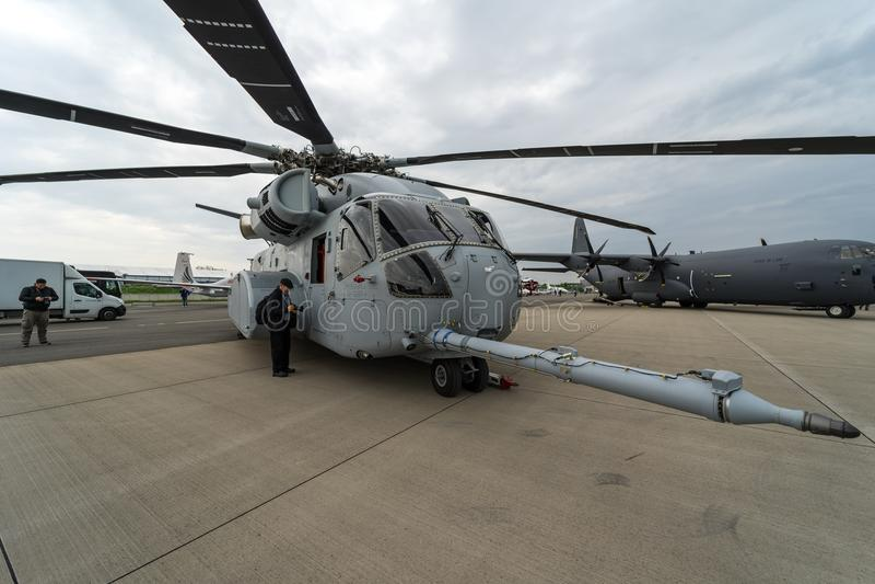 rey Stallion de Sikorsky CH-53K del helicóptero de cargo de la Pesado-elevación por Estados Unidos Marine Corps en el campo de av imagenes de archivo