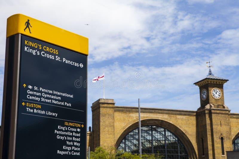 Reyes Cross Pedestrian Sign y reyes Cross Station fotos de archivo libres de regalías