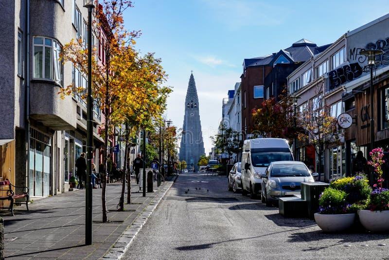 REYKJAVIC ISLAND - SEPTEMBER 19, 2018: sikt av den Hallgrimskirkja kyrkan i den Reykjavik staden i höst arkivfoton