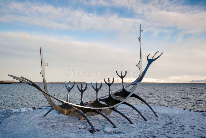 REYKJAVIK/ICELAND - 5 DE FEBRERO: Viajero de Sun en Reykjavik Islandia encendido imagen de archivo