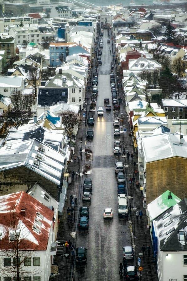 REYKJAVIK/ICELAND - 4 DE FEBRERO: Visión sobre Reykjavik de Hallgr imagenes de archivo