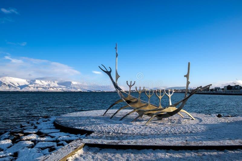 REYKJAVIK/ICELAND - FEBRUARI 05: Solresande i Reykjavik Island på arkivfoton