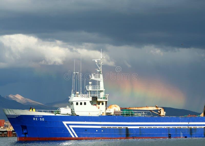 REYKJAVIK, IJSLAND - JULI 16 2008: Weerlicht in de haven met vrachtschip en altostratuswolken stock afbeeldingen