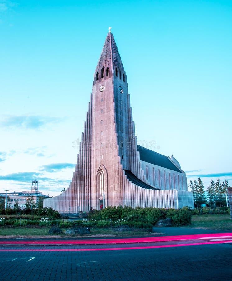 Reykjavik, IJsland – Juni 22, 2019: symbool van Reykjavik, grootst in de beroemde Hallgrimskirkja kerk van IJsland Dramatische Zo stock fotografie