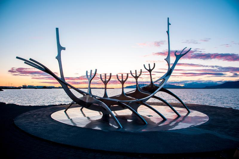 Reykjavik, IJsland – Juni 22, 2019: symbool van Reykjavik, het beroemde schip van de Reizigerviking van de beeldhouwwerkzon op de stock fotografie