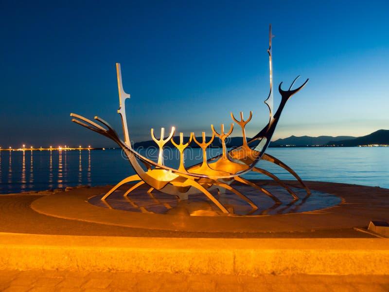 REYKJAVIK, IJSLAND - 11 SEPTEMBER, 2011: Het beeldhouwwerk van de zonreiziger - Viking-schip in Reykjavik, IJsland stock foto