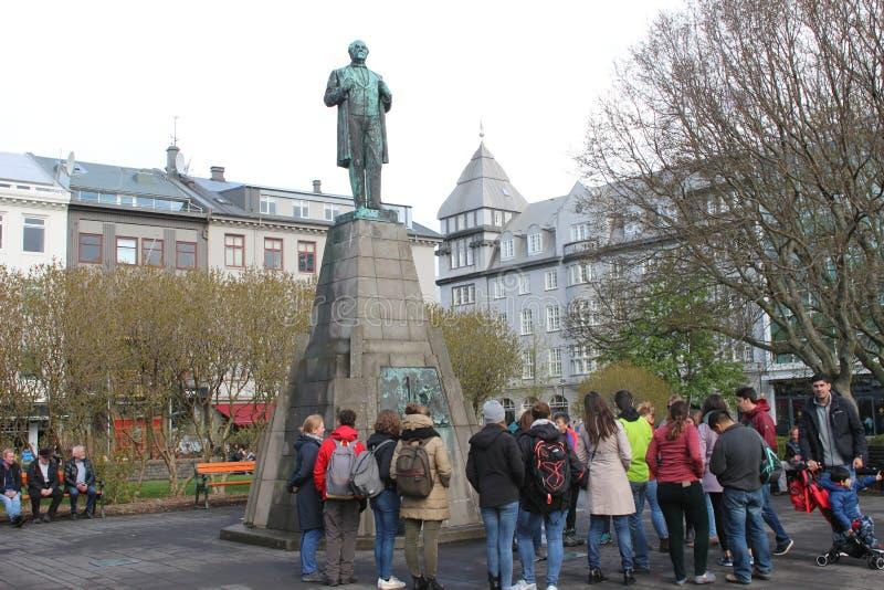 Reykjavik Islândia, May12 2018: Os turistas recolhem em torno de uma estátua em Reykjavik para ler o que é aproximadamente e para fotografia de stock royalty free
