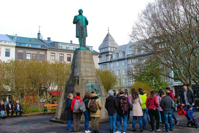 Reykjavik Islândia, May12 2018: Recolhimento dos turistas em torno de uma estátua mim imagem de stock