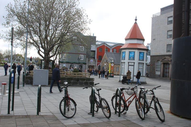 Reykjavik Islândia, o 13 de maio de 2018: Bikes neaty alinhado em um distrito da compra na cidade Reykjavik é muito um passeio ou imagens de stock