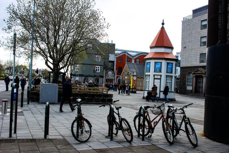 Reykjavik Islândia, o 13 de maio de 2018: Bikes neaty alinhado em um shoppi imagens de stock royalty free