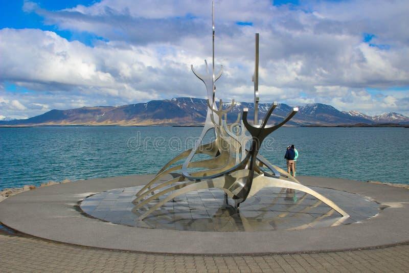 Reykjavik, Islândia, o 14 de maio de 2018: Monumento do explorador de Sun, nuvens, marco da cidade de Reykjavik fotos de stock royalty free