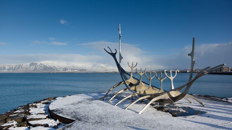 REYKJAVIK ISLAND - AUGUSTI 10: Resanden för den Solfar skulptursolen är på skärm på stranden, nord av det Reykjavik centret royaltyfri foto