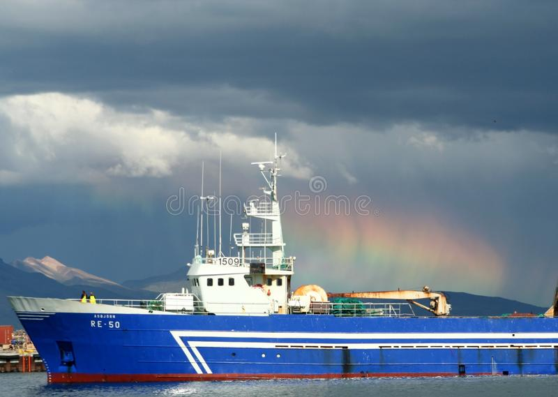 REYKJAVIK, ISLAND - 16. JULI 2008: Sommerblitz im Hafen mit Frachtschiff und Altostratuswolken stockbilder