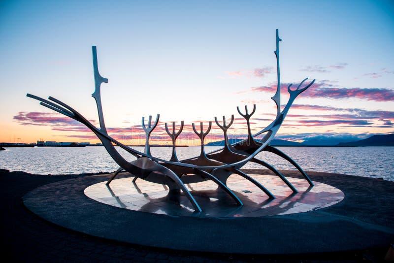 Reykjavik Island – Juni 22, 2019: symbol av Reykjavik, berömt viking för skulptursolresande skepp på sjösidan på hamn arkivbild