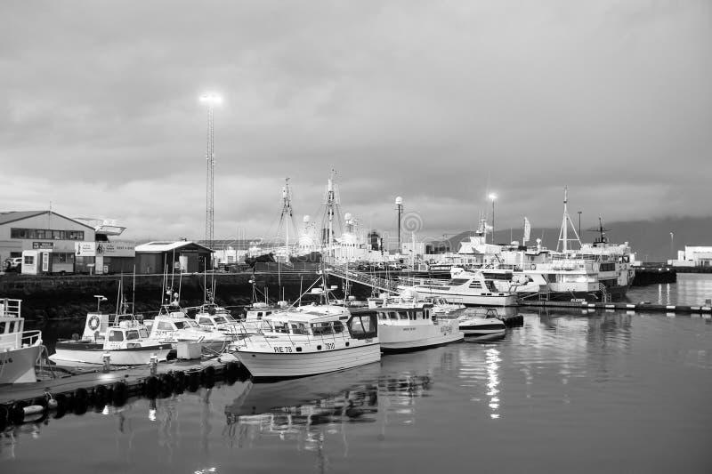 Reykjavik Island - Oktober 14, 2017: yachter på havspirljus på skymning Segelbåtar på kusten på aftonhimmel Vatten royaltyfri bild