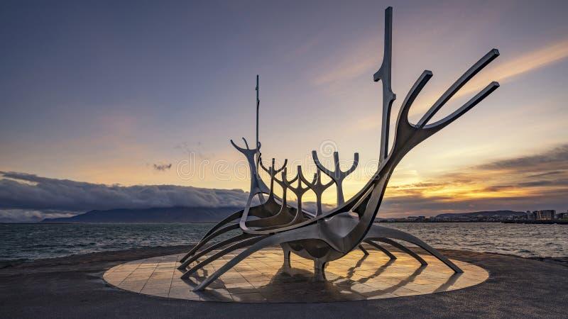 Reykjavik ISLAND - 19 September 2018: Soluppgång på den iconic solresandeskulpturen i Reykjavik, Island arkivfoto