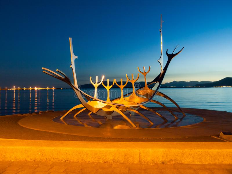 REYKJAVIK, ISLAND - 11. SEPTEMBER 2011: Sun-Reisendeskulptur - Wikingerschiff in Reykjavik, Island stockfoto