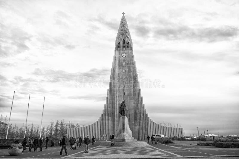 Reykjavik, Islande - 12 octobre 2017 : église et personnes de hallgrimskirkja sur le ciel nuageux Bâtiment de cathédrale avec le  image libre de droits