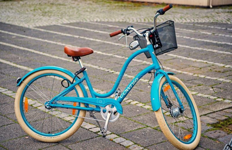 Reykjavik, Islande - 12 octobre 2017 : bicyclette bleue avec le panier Vélo sur le stationnement Transport et transport Voyage image stock