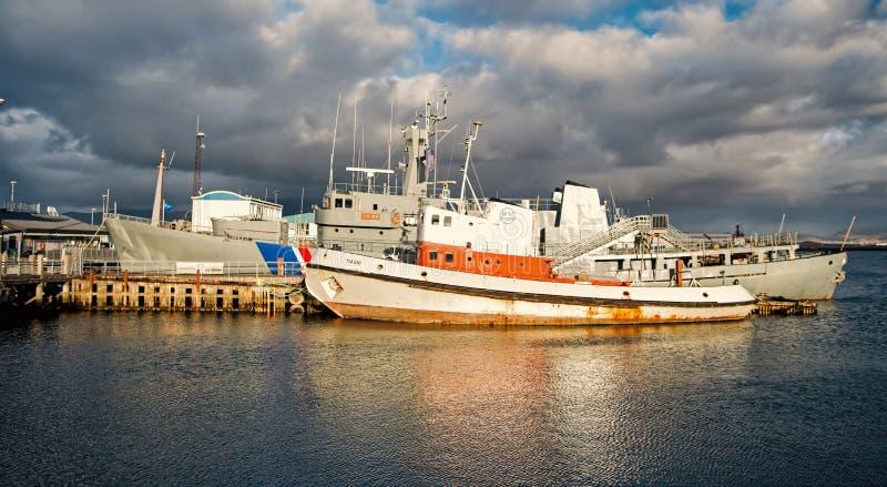 Reykjavik, Islande - 14 octobre 2017 : navires de mer à la côte sur le ciel nuageux Bateaux à la jetée de mer au petit village Ea photos stock