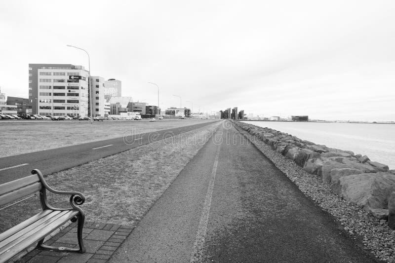 Reykjavik, Islande - 12 octobre 2017 : paysage côtier Déplacement de pays croisé Routes de promenade de mer sur naturel image libre de droits