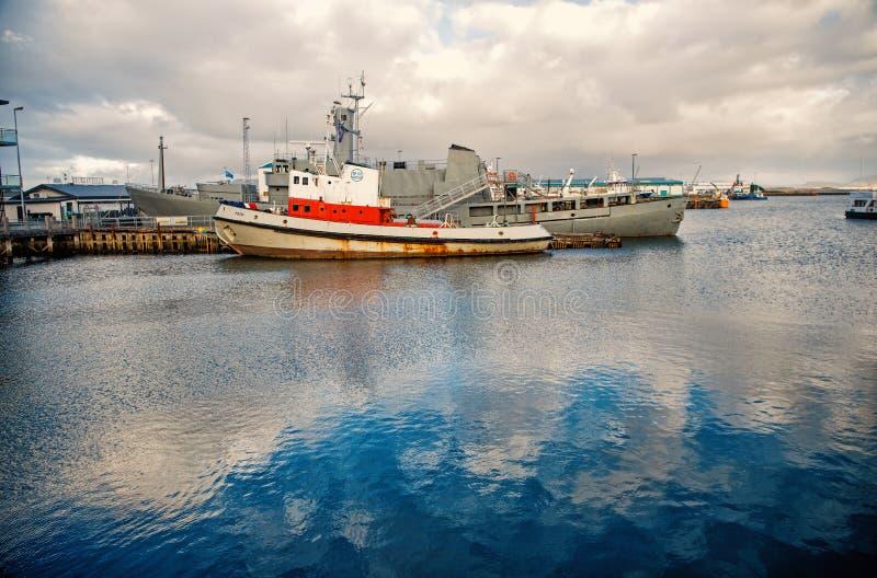 Reykjavik, Islande - 14 octobre 2017 : paysage marin avec des bateaux dans le port Navires de mer dans le port sur le ciel nuageu photo stock