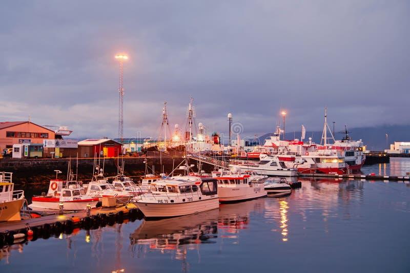 Reykjavik, Islande - 14 octobre 2017 : yachts aux lumières de jetée de mer au crépuscule Bateaux à voile à la côte sur le ciel de image stock