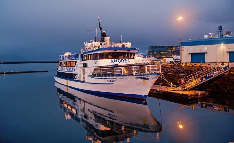 Reykjavik, Islandia - 14 de octubre de 2017: barco de cruceros en el embarcadero del mar en la oscuridad Nave en la orilla de mar imagenes de archivo