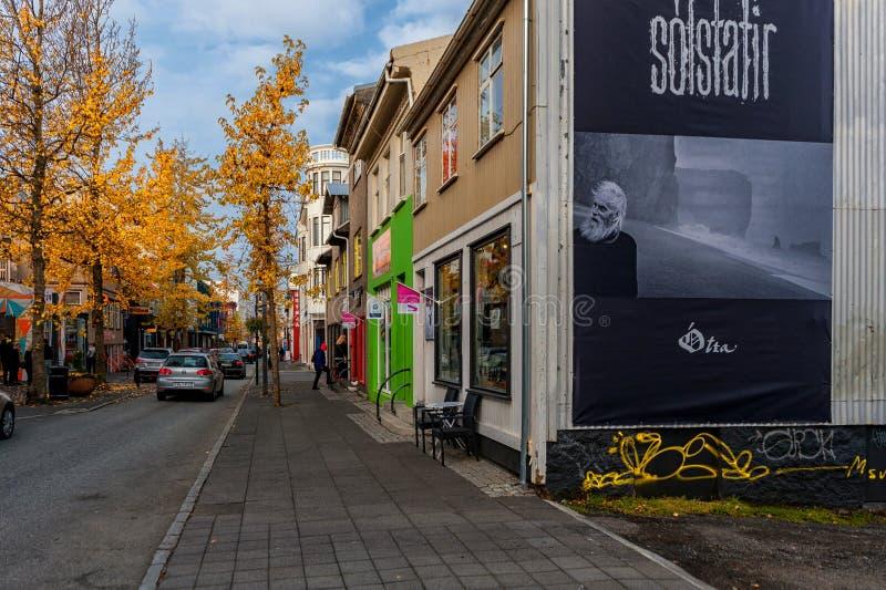 REYKJAVIK, ISLANDIA - 15 DE OCTUBRE DE 2014: Calle en Reykjavik, Islandia Último paisaje urbano del otoño con el árbol fotografía de archivo libre de regalías