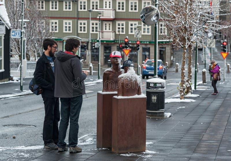 REYKJAVIK, ISLANDIA - 21 DE OCTUBRE DE 2016: Monumento en Reykjavik y gente local imagenes de archivo