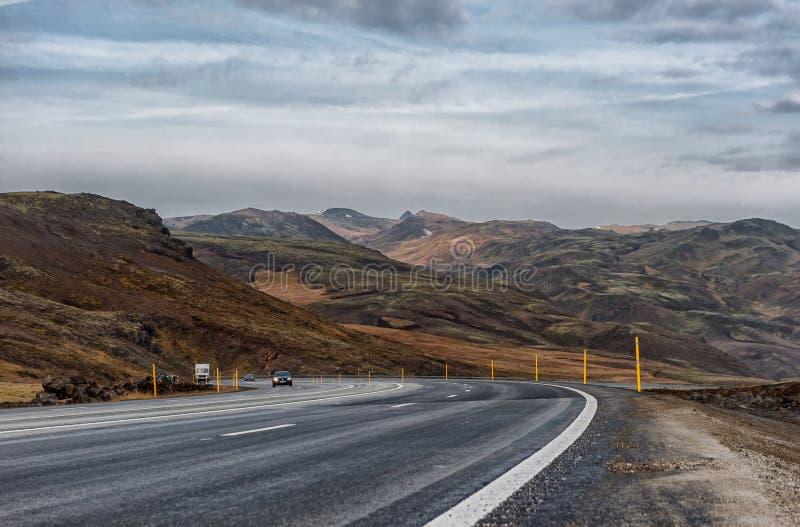 REYKJAVIK - ISLANDIA - 15 DE OCTUBRE DE 2016: Paisaje de Islandia con la montaña, el cielo azul y el camino imágenes de archivo libres de regalías
