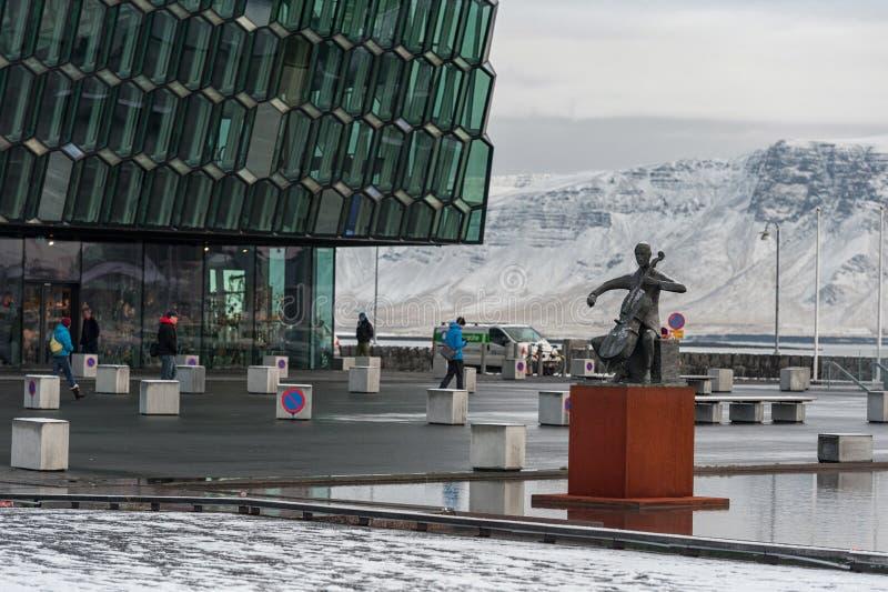 REYKJAVIK, ISLANDIA - 21 DE OCTUBRE DE 2016: Teatro de la ópera de Reykjavik Nevado Bacground foto de archivo libre de regalías