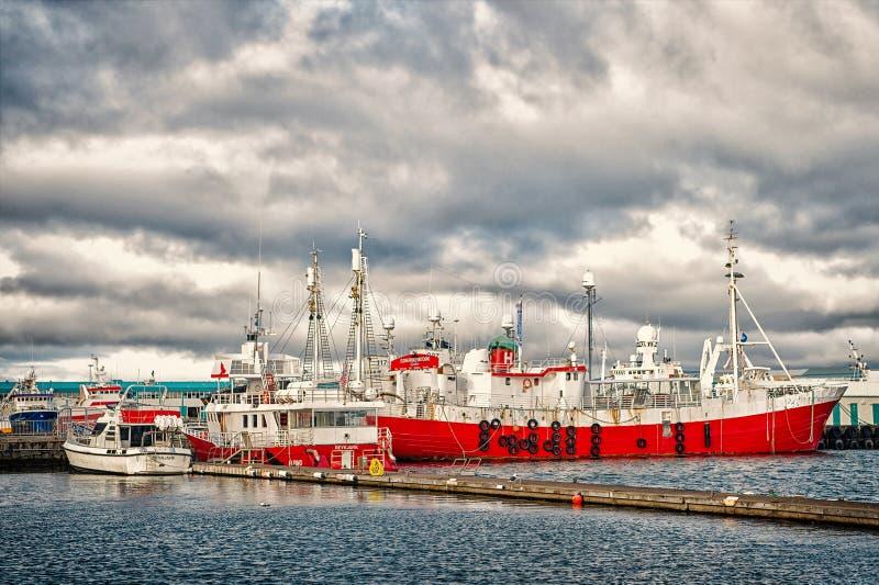 Reykjavik, Islandia - 13 de octubre de 2017: naves en puerto marítimo Buques y barco del mar en puerto en el cielo nublado Transp fotografía de archivo
