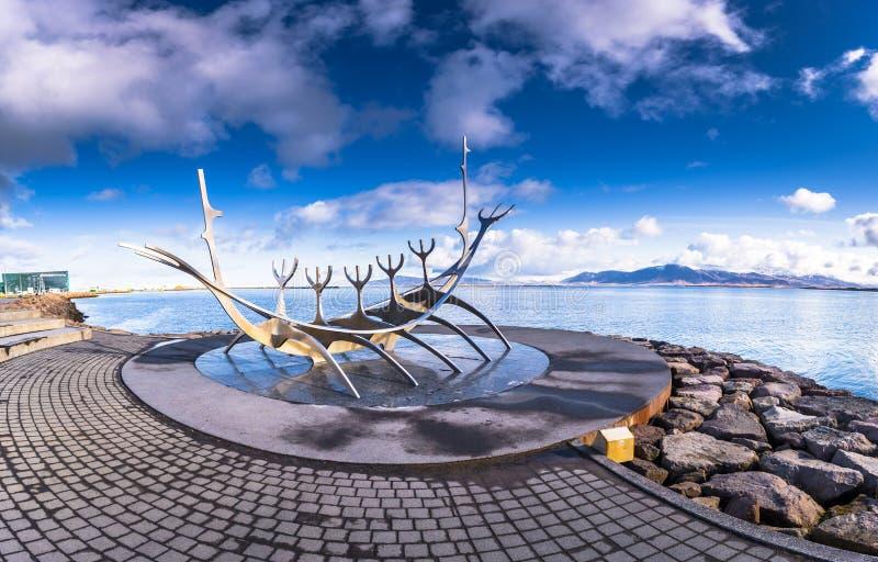 Reykjavik - 2 maggio 2018: Statua di The Sun Voyager a Reykjavik, Islanda fotografia stock libera da diritti