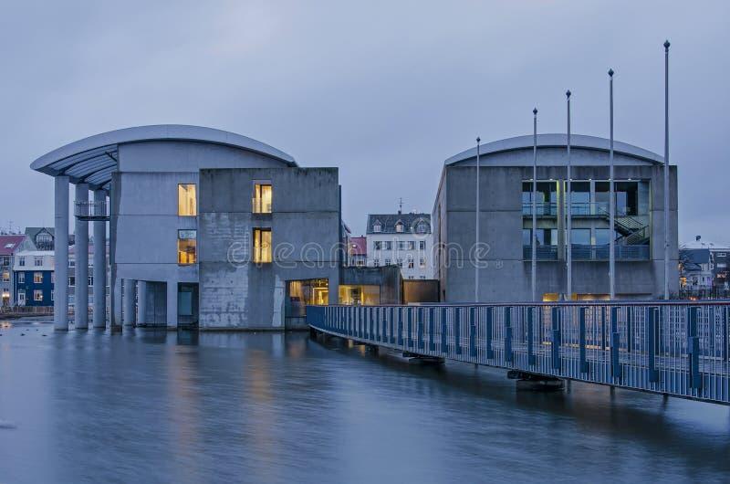 Reykjavik urząd miasta przy półmrokiem zdjęcie stock