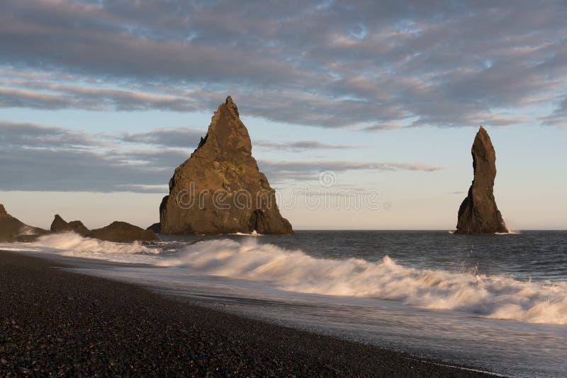Reynisdrangar是玄武岩海堆位于在山Reynisfjall下在村庄维克附近i莫达尔,冰岛南部 免版税库存照片