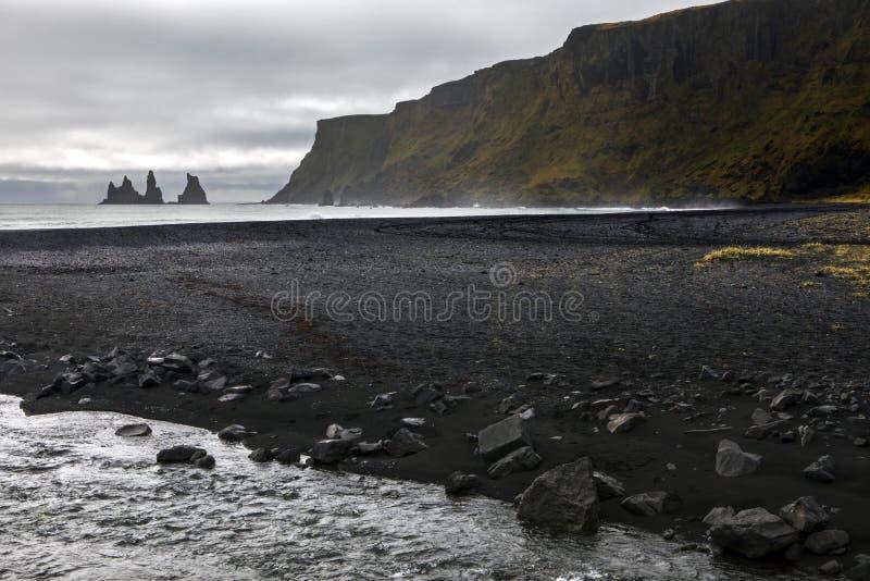 Reynisdrangar海堆和黑沙滩在冰岛 库存照片